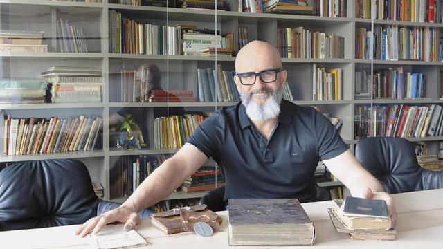 Jürgen Bräuninger ist nicht nur erfolgreicher Unternehmer, er hat auch eine der größten Bibliotheken rund um die Branche: eine ansehnliche und informative Sammlung im Besprechungsraum. (Quelle: Wolf)