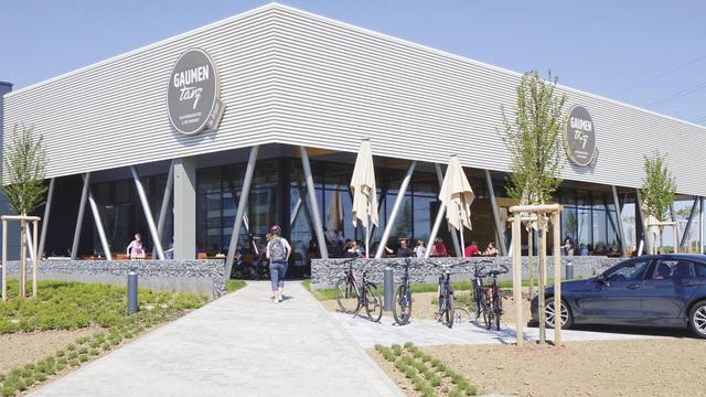 Der Standort von Gaumentanz befindet sich ganz in der Nähe einer Verbindungsstraße, auf der täglich rund 15.000 Autos verkehren. Der Parkplatz mit 50 Stellplätzen ist oft komplett belegt. (Quelle: Wolf)