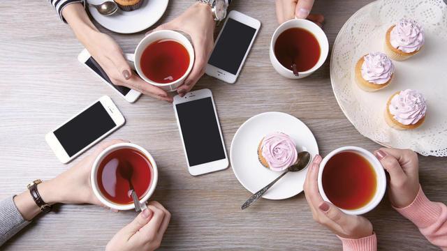 So möchten es viele Kunden: Kaffee, Tee und Cupcakes in Verbindung mit Nutzungsmöglichkeiten von Smartphone oder Tablet. (Quelle: Fotolia)