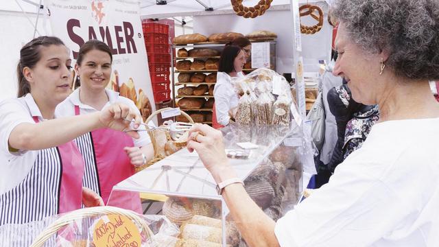 Große und kleine Bäckereien aus den Stadtteilen sind auf dem Markt präsent: Es darf gerne probiert werden. (Quelle: Kauffmann/Hart)
