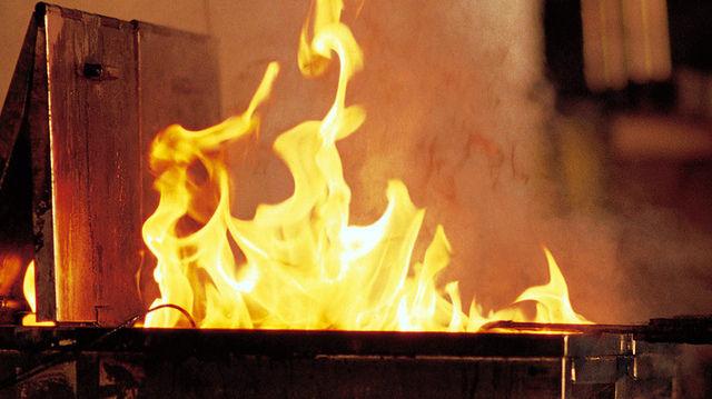 Wenn Fett brennt, darf es nur mit einem Löscher der Brandklasse F bekämpft werden. (Quelle: BGN)