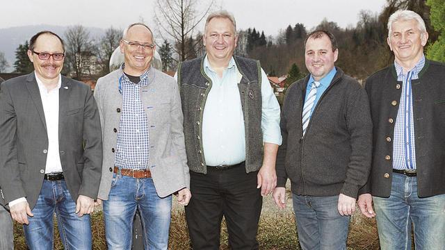 Das neue Vorstandsteam um Obermeister Erwin Weber (3. v. r.). (Quelle: KHS)