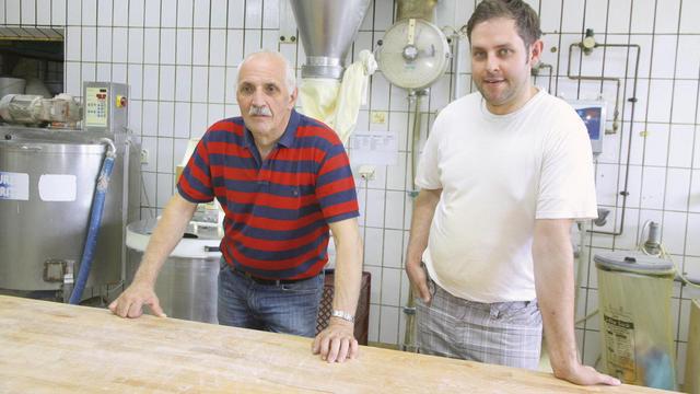 Familienbetrieb: Vater Karl-Wilhelm (65) und Sohn Robin (34) in der Backstube. (Quelle: Heck)