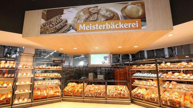 Eine der Meisterbäckereien, integriert in den Globusmarkt, gewährt Kunden Einblicke in die Backstube.   (Quelle: Globus)