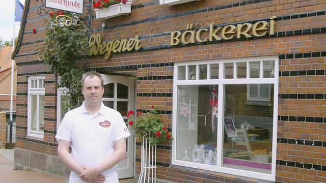 Ole Steenbock vor dem Hauptsitz seiner Bäckerei in Lütjenburg. (Quelle: Hoenig)