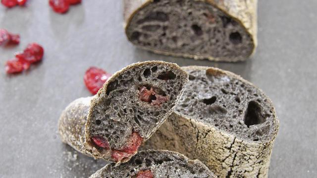Ob schwarzes Baguette (oben) oder Fougasse (links): die Kombination mit Cranberry und Tomaten macht den optischen Reiz aus. (Quelle: Liebig-Braunholz/privat)
