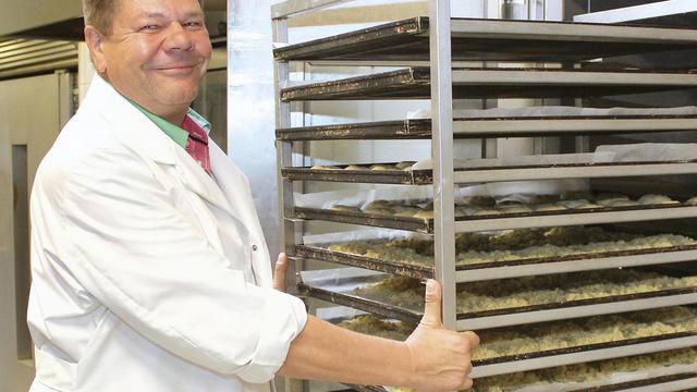 Uwe Badel verliert in der Produktion die traditionellen Produkte nicht aus den Augen. (Quelle: Schwittay)