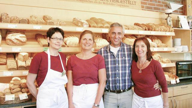 Bäckermeister Norbert Klemme mit dem Verkaufsteam im Hofladen der Gutsbäckerei. (Quelle: Hoenig)