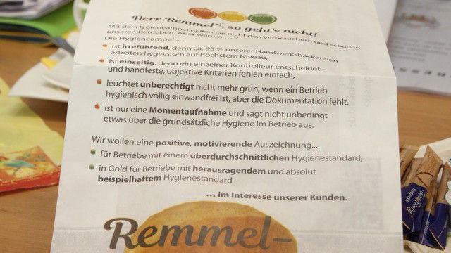 """""""Herr Remmel – so geht's nicht!"""" - die Brötchentüten der """"Remmel-Semmel"""" (Quelle: Foto: Heck)"""