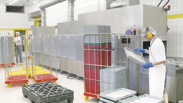 Kostenfaktor: Auch bei einer solchen Durchlaufspülmaschine in einem mittelgroßen Bäckereibetrieb müssen Spülergebnis und Energiekosten in einem vertretbaren Verhältnis zueinander stehen. (Quelle: Archiv /Wolf)