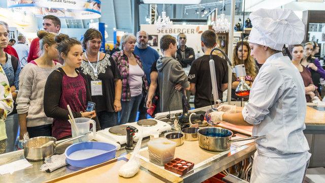 In den Trend-Foren der Bäcker und Konditoren können Azubis sich bei Live-Vorführungen so einiges abschauen.  (Quelle: Messe Stuttgart)