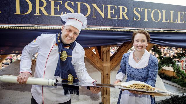 Bäckermeister René Krause und Stollenmädchen Marie Lassig präsentieren ein Stück des Riesenstollens. (Quelle: privat)