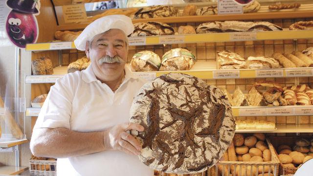 Der Bäckermeister mit seinem 4,5 Kilogramm schweren Schwarzwälder Laib, der in Hessen gut ankommt. (Quelle: Marconi)