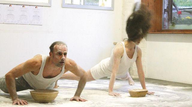 Theater: Die Schauspieler mischen die Backstube der Bäckerei Endorphina auf. (Quelle: Mentzel)