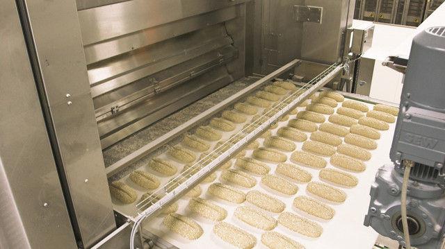 Seit Jahren ein bekanntes Bild in großen Bäckereien: Das Beschicken der Öfen geht vollautomatisch. (Quelle: Archiv)