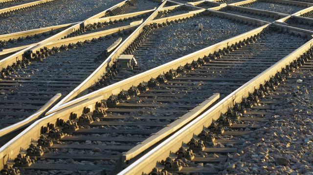 Auf dem Weg zum Jahreswechsel gilt es, steuerlich das richtige Gleis zu nehmen. (Quelle: Fotolia)