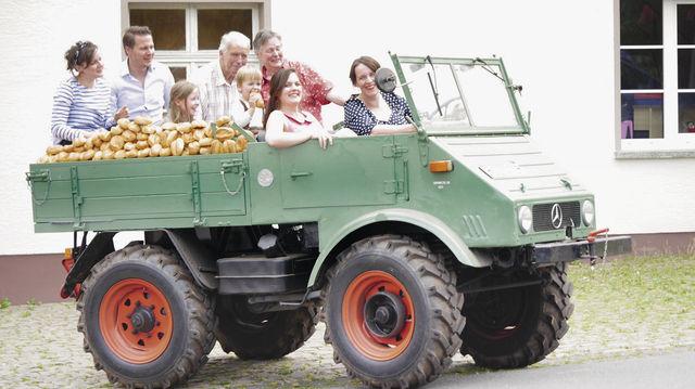 Mit einem Mercedes Unimog fing der mobile Verkauf vor rund 50 Jahren an. Heute dient das historische Fahrzeug der Familie als Blickfang für Events. (Quelle: Stumpf)