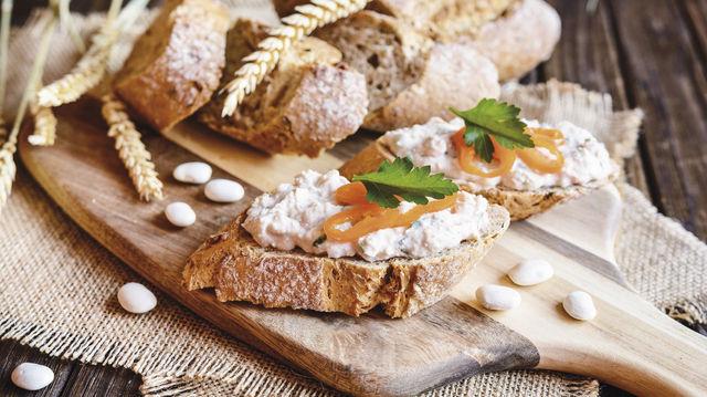 Brote mit Belag sind als Snack wieder im Trend: Bei der Sortimentsgestaltung sollten auch Angebote für Vegetarier, Veganer und Flexitarier vorhanden sein. (Quelle: Fotolia)