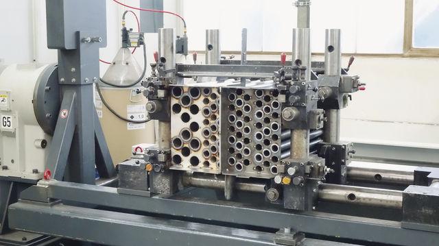 Arbeitsschritte (v. li.): Zu Beginn der Produktion formt ein Arbeiter die Bleche, später fügt sie ein Schweißroboter zusammen. Das Ergebnis sind Bauteile wie der Wärmetauscher. (Quelle: Kauffmann)
