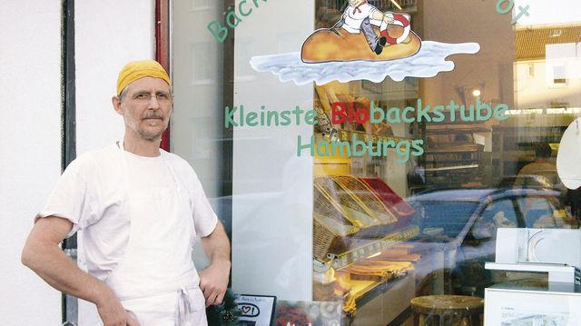 Martin Kastner vor seiner Bäckerei in Hamburg-Borgfelde. (Quelle: Hoenig)