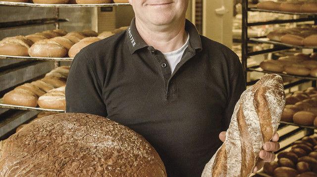 Martin Schiffer mit Spezialitäten aus der Backstube: Steinofenbrot aus Natursauerteig und Landbaguette aus alten Weizensorten der Region. (Quelle: Mack)