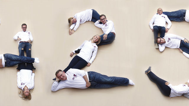 """Die Familie Breithaupt stellt die Zahl """"425"""" nach - so lange gibt es die Bäckerfamilie schon - und feiert ihre Geschichte mit dieser Fotomontage. (Quelle: Unternehmen)"""