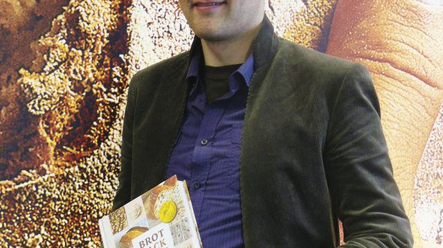 Lutz Geißler mit einem seiner bisher vier veröffentlichten Brotbücher. (Quelle: Wolf)