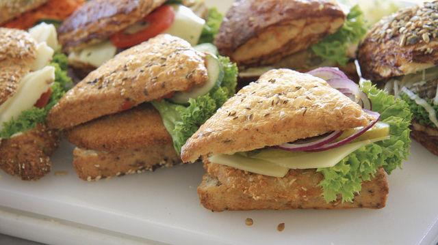 Ob klassisch mit Wurst und Käse belegte Brötchen, Schnitzelbrötchen, belegte Fociaccia oder vegetarisch/vegane Angebote: Bei Snacks ist ein vielfältiges, aber fokussiertes Angebot Trumpf. (Quelle: Stumpf)
