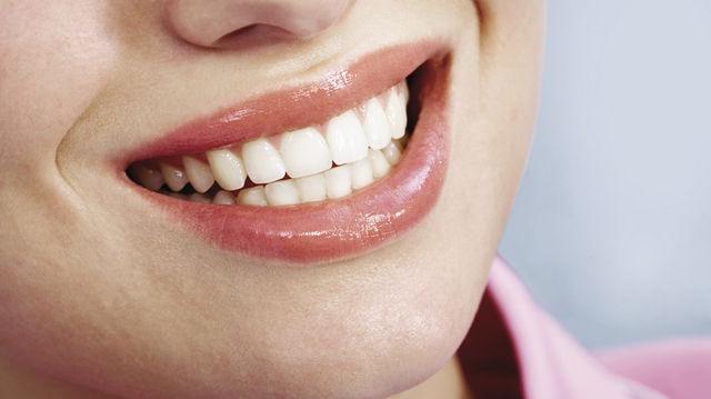 Natürliche Freundlichkeit: Ein Lächeln darf nicht aufgesetzt wirken. (Quelle: Colourbox.de)