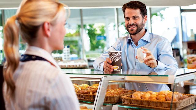 Künftig will Aral den Coffee to go auch in Mehrwegbecher abfüllen. (Quelle: Unternehmen)