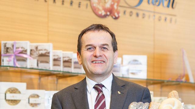 Firmenchef Josef Resch mit einer kleinen Auswahl der Produkte.   (Quelle: Unternehmen)