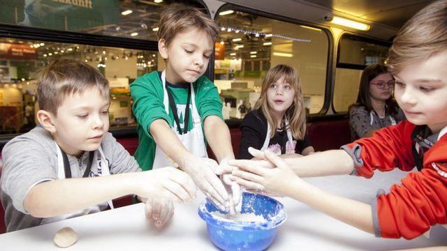 Mit dem Backbus können bereits die Kleinen für das Bäckerhandwerk begeistern werden. (Quelle: Verband)