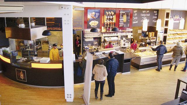Brottheke, Kaffeebar und Küche reihen sich in Bäckerei Balletshofer nebeneinander. (Quelle: Archiv)