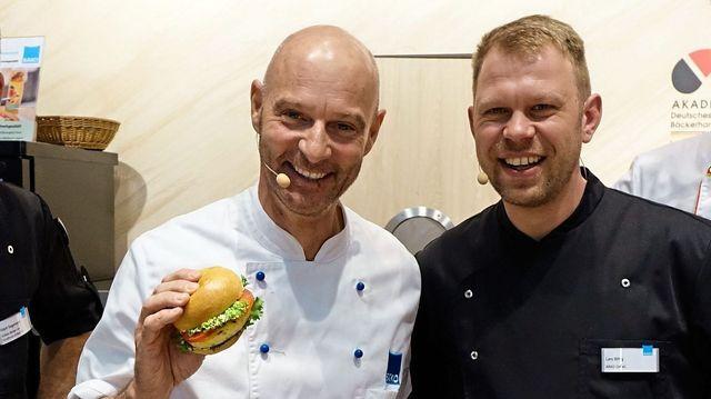 Simon Licht (links) mit Lars Bittig, der die Snacks am Bäko-Stand kreiert.  (Quelle: Wolf)