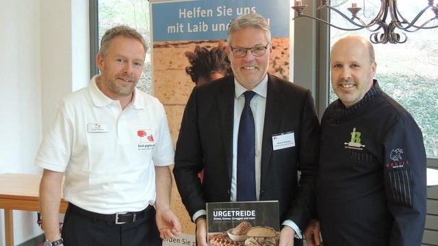 Freuen sich über die Spende (von links) Oliver Flodmann Projektmanager der Stiftung, Heiner Kamps und Siegfried Brenneis. (Quelle: privat)