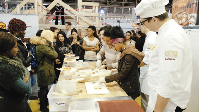 Jugendliche backen unter Anleitung ihre eigenen Pizzen. (Quelle: Verband)