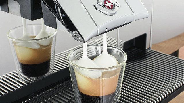 Im Dauerbetrieb einen gleichmäßigen und stabilen Milchschaum erzeugen: Leistungsfähige Vollautomaten garantieren über Stunden erstklassige Kaffeespezialitäten. (Quelle: Hersteller)