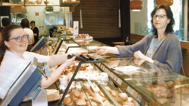 Bezahlen einfach gemacht: Eine Verkäuferin der Bäckerei Ziegler hält die Girokarte der Kundin ans Lesegerät, ein Piepston ertönt - und schon ist die Rechnung beglichen. (Quelle: Ried)