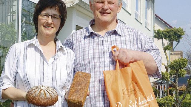 Pia und Martin Sölch mit Radlerbrot und Emmervollkornbrot. (Quelle: Wolf)