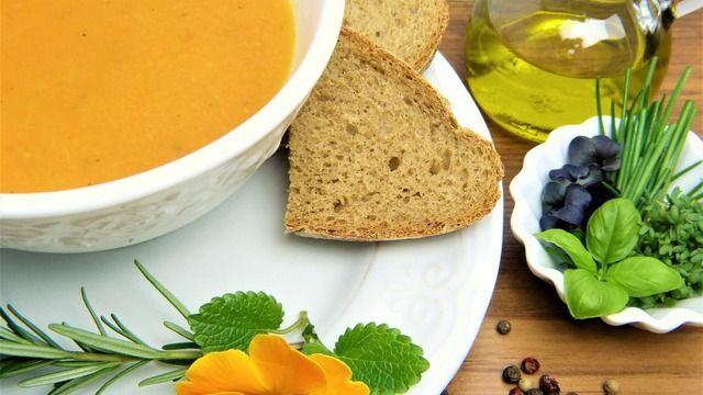 Suppe und Brot ist eine gute Mahlzeit für zwischendurch. (Quelle: pixabay.de / silviarita)
