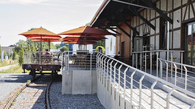 Auf der Schiene: Ein Teil der Café-Terrasse steht auf der Plattform eines Waggons. (Quelle: Bahrmann)