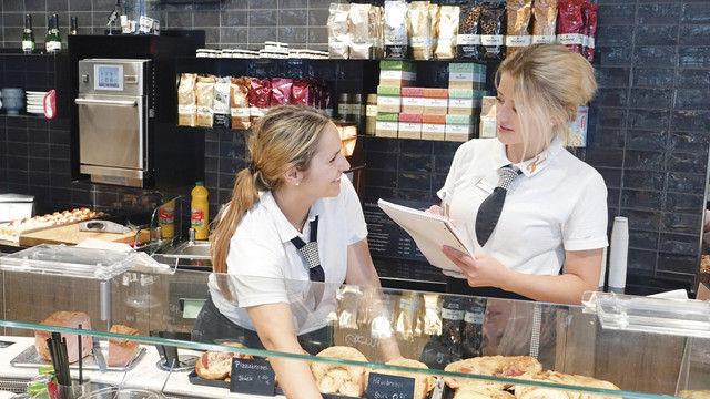 Fragen bringen weiter: Auszubildende Corinna Satt- ler (rechts) im Gespräch mit Apostolia Papazoudi in der Bäckerei Frank. (Quelle: Thumm)