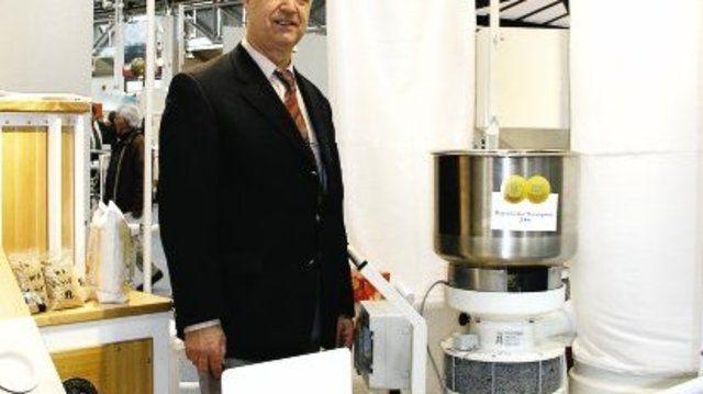 Rainer Braunwarth erhielt den Staatspreis für seine Zentrofanmühle, die auf der Internationalen Handwerksmesse zu sehen war.  (Quelle: Eberhardt)