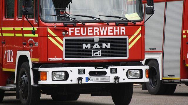 Die Feuerwehr konnte ein Ausweiten der Flammen verhindern. (Quelle: pixabay.com / NiklasPntk)