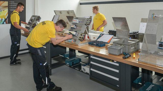 Auszubildende im neuen Elektronik-Bereich des Ausbildungszentrums. (Quelle: Untenehmen)