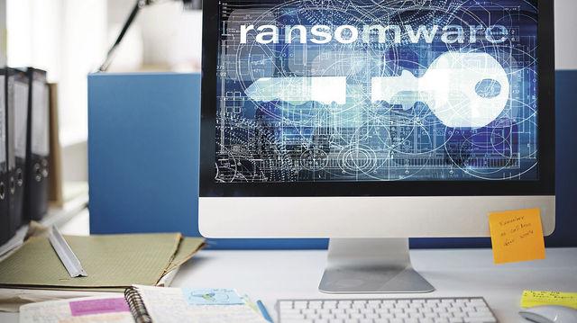 Wenn beim Einschalten des PCs das Sperrbild einer Schad-Software erscheint, wird es teuer. (Quelle: Fotolia/Montage: Gugel)