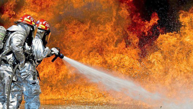 Die Feuerwehr bekämpfte den Großbrand in einer Lagerhalle der Großbäckerei. (Quelle: pixabay.com/ tpsdave)