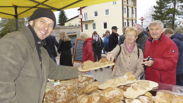Auf Wochen- und Naturparkmärkten bietet Bäckermeister Armin Schmieder seine Urkornbrote an. (Quelle: Zoller)
