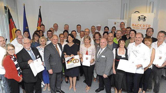 Die 19 Preisträger des Landesehrenpreises Bäckerhandwerk mit Offiziellen. (Quelle: Wirtschaftsministerium RLP)