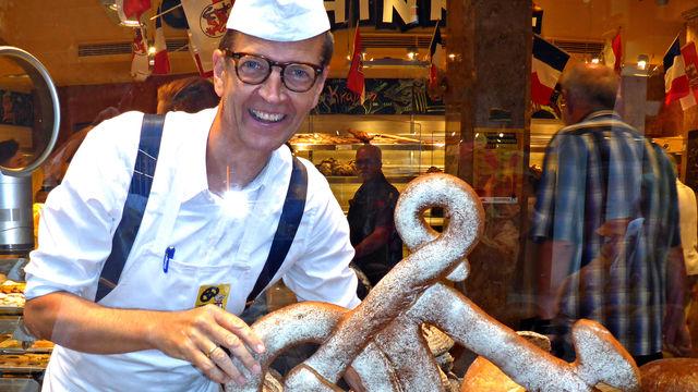 Josef Hinkel mit einer Maxiversion seiner Fahrradbrezel.   (Quelle: privat)